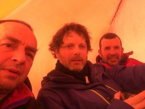 ready2climb: winter walkers having lunch under a temporary shelter